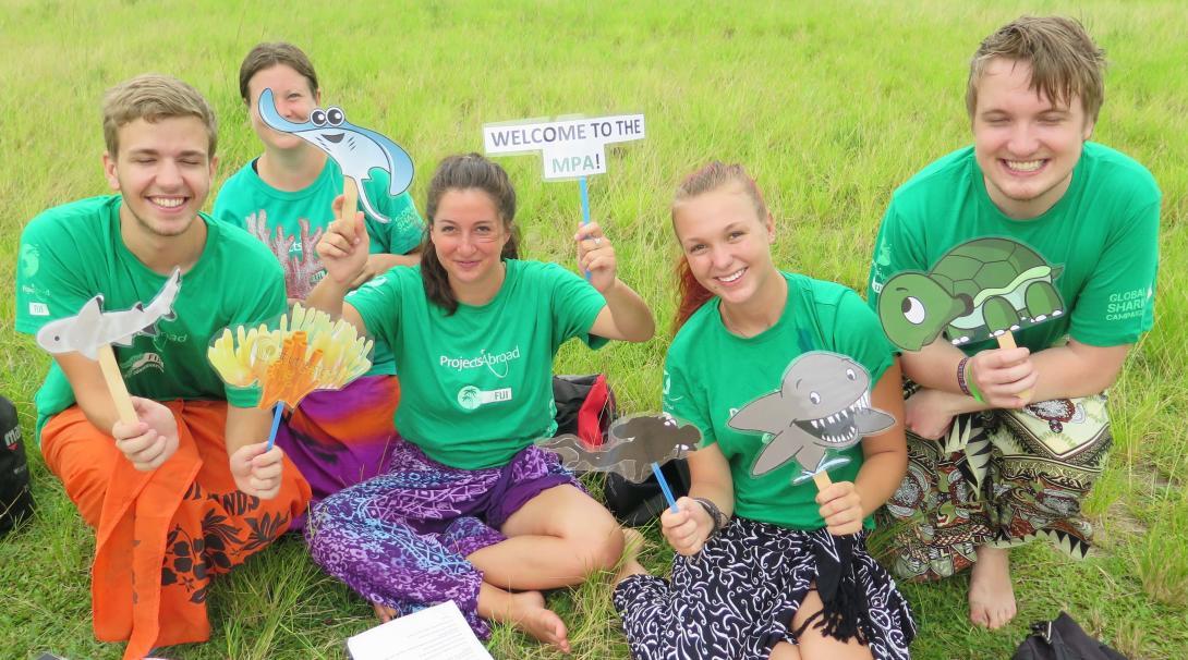 Voluntarios de Conservación preparando material para una campaña de concientización en FIyi.